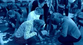 mensen die op de grond een oefening doen met kaartjes