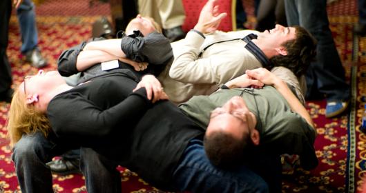 mensen die een oefening doen tijdens teambuilding vertrouwen